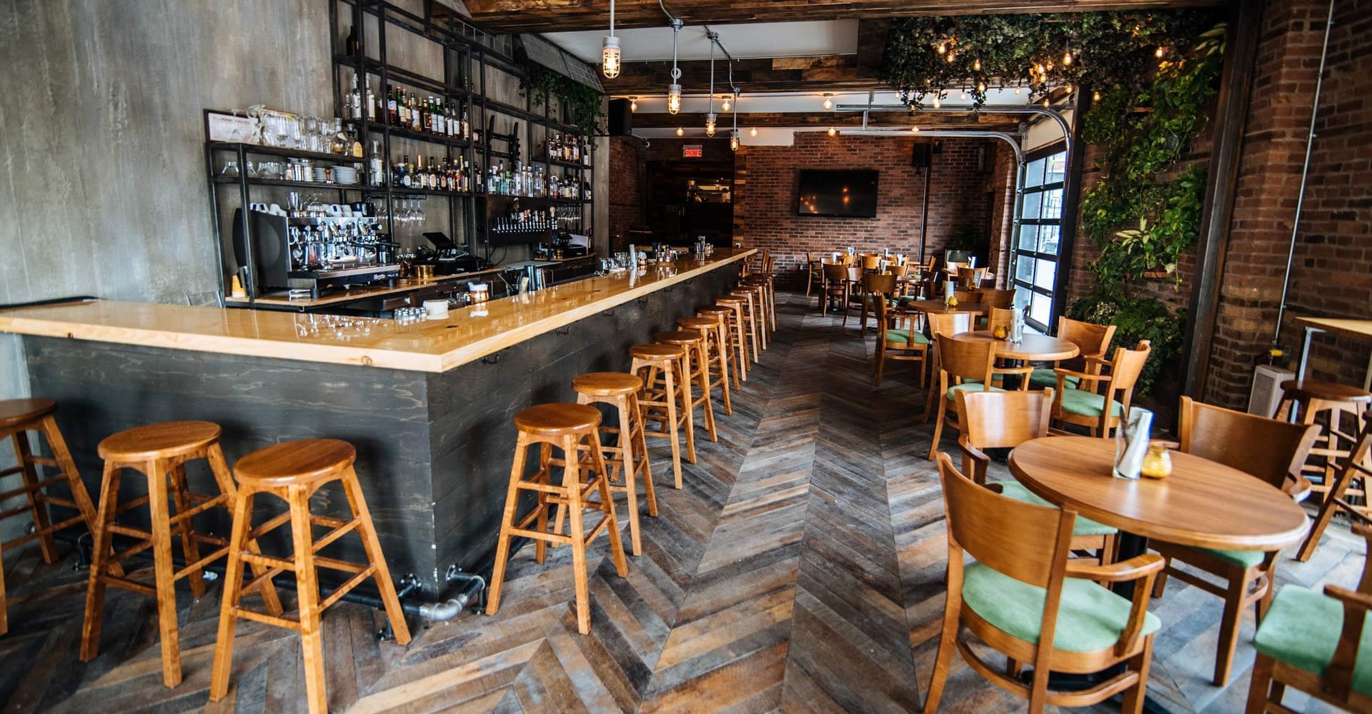 bar avec tabourets et tables à manger