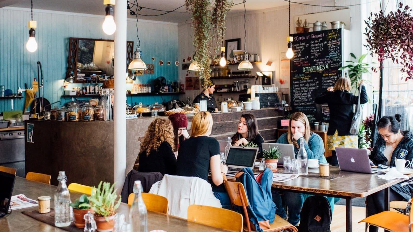 Personnes qui travaillent au Café Sfouf