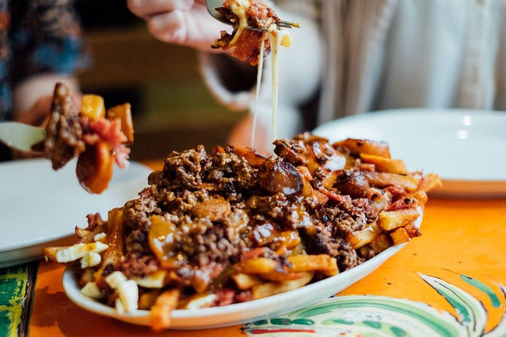 La Banquise Restaurant Casse-croûte Meilleure Poutine Montréal 24h